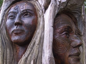 carvings of maori people